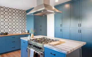 Кухни в бело-голубых тонах