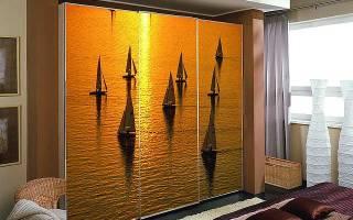 Шкафы с фотопечатью в интерьере комнаты